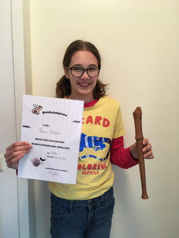 Levi Ribbink kreeg haar blokfluitdiploma vanwege de griep wat later. Foto: PR  © Achterhoek Nieuws b.v.