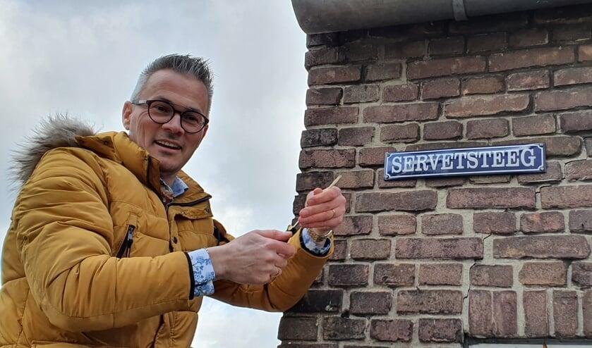 Peter Nieuwenhuis van de Hisvebo brengt het bordje Servetsteeg aan. Foto: Rob Weeber