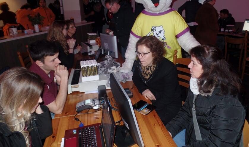 Anja Bikkel en Marieke ten Dolle (rechts) waren met Rinus Tragter (achtergrond) onder toeziend oog van de Reurpop mascotte Rupo de eerste kaartkopers tijdens de Nachtoele actie. Foto: Jan Hendriksen