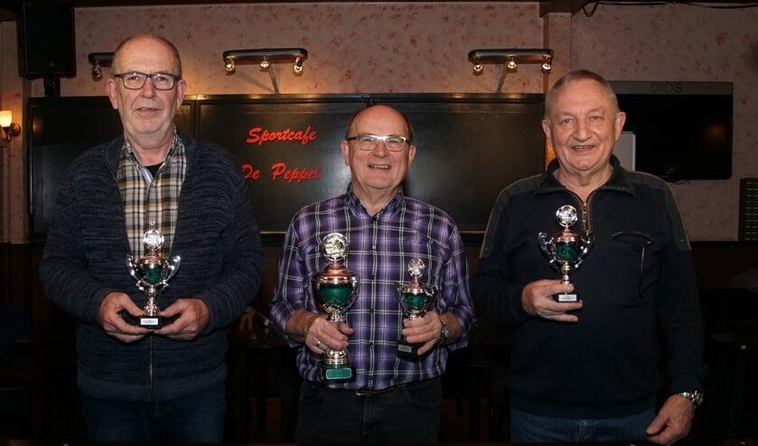 Van links af de nummers 2, 1 en 3 van het seniorenbiljarttoernooi. Foto: Frank Vinkenvleugel