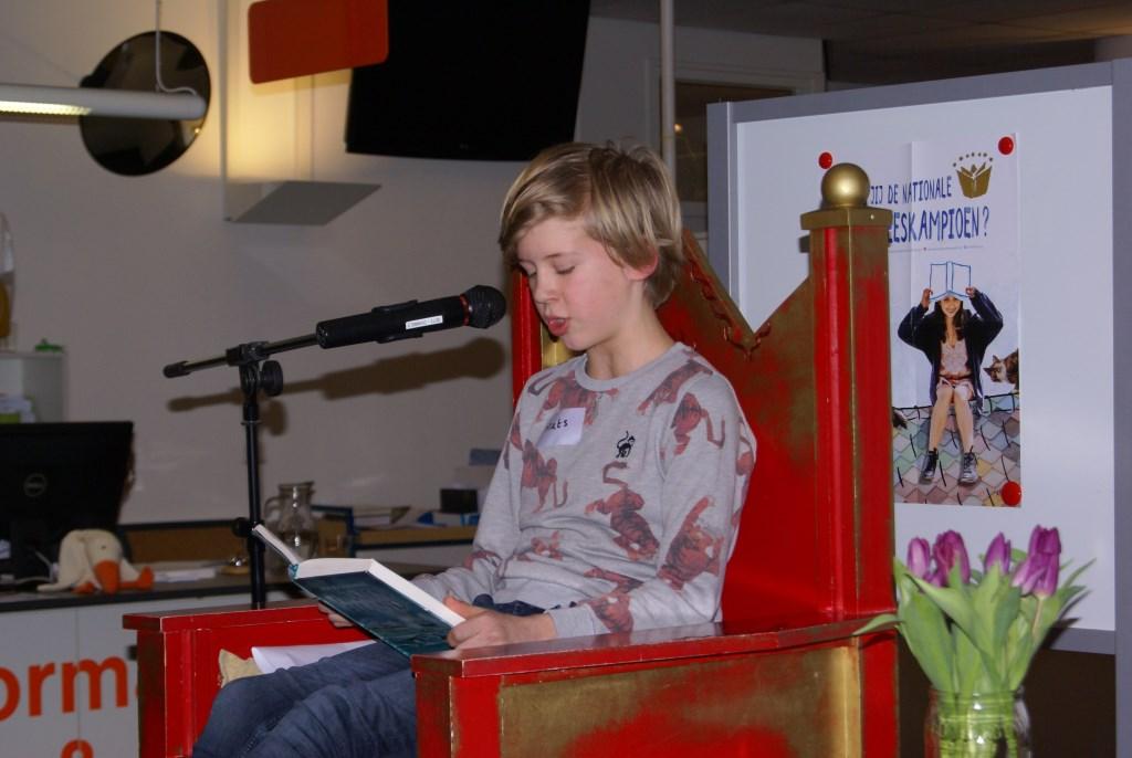 Mats Lievers leest voor. Foto: Eva Schipper  © Achterhoek Nieuws b.v.