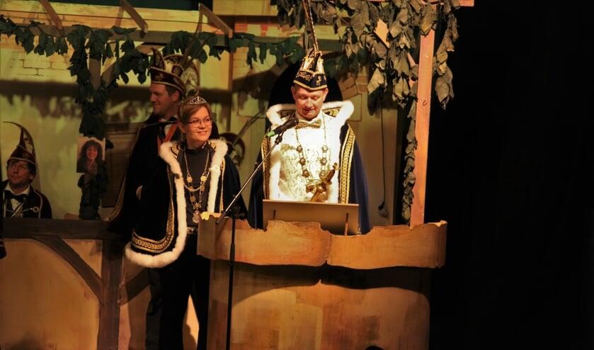Prins Robert de eerste en Prinses Lianne tijdens hun installatie.