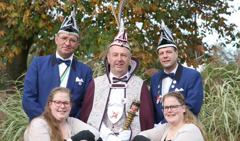 Prins Johnny de 1e, de hofdames Karin en Nienke en de adjudanten Eduard en Raymond. Foto: PR