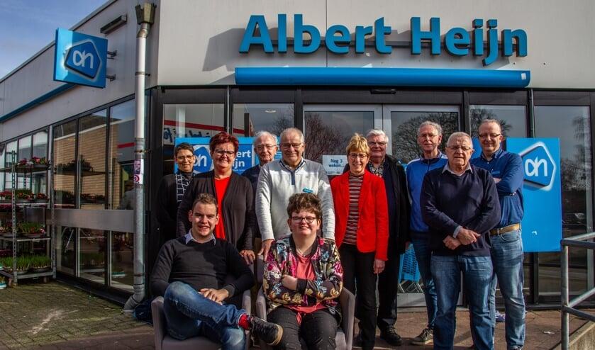 De familie Grotenhuys en bestuursleden van Vereniging Oud Vorden. Jan Berentsen ontbreekt op de foto. Foto: Liesbeth Spaansen