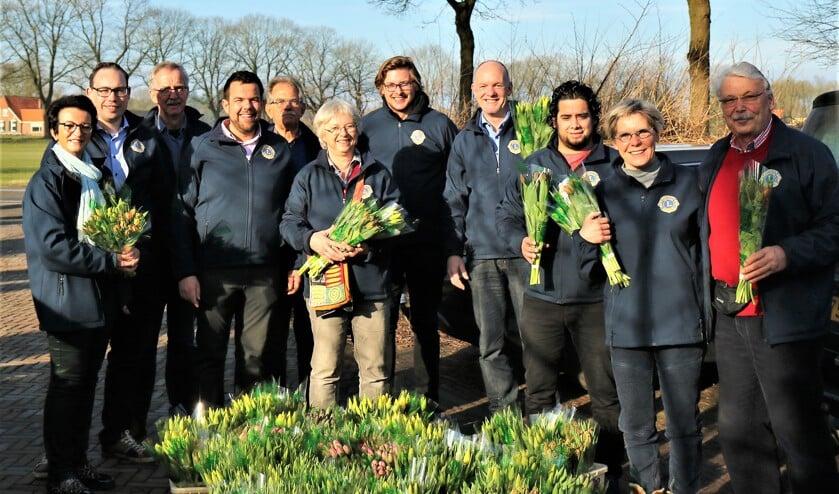 Leden van de Lionsclub Bronckhorst verkochten drieduizend bossen tulpen. Foto: Archief/LC Bronckhorst