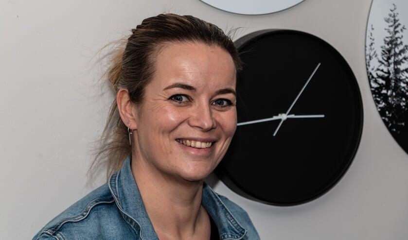 Tamara van den Breemen zet een WhatsAppnetwerk op in de Hoven. Foto: Henk Derksen