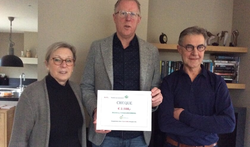 Kees Veldboer van Ambulancewens Nederland met cheque temidden vanRinyen Bennie Wassink van BoWa. Foto: Antoon Takkenkamp