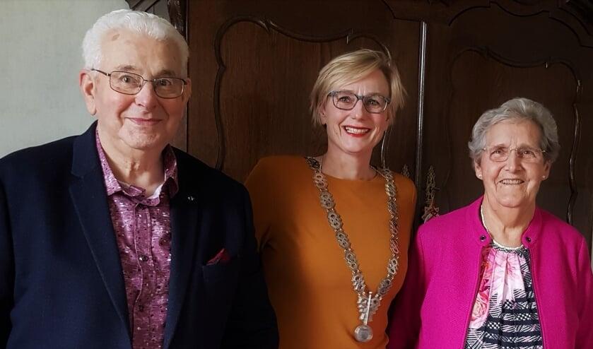 Jan en Gerda Bosch-Bosman ontvingen burgemeester Marianne Besselink thuis op hun boerderij om haar felicitaties in ontvangst te nemen voor hun briljanten huwelijk. Foto: Alice Rouwhorst