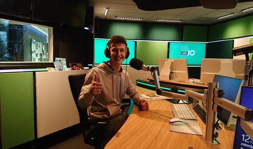 Weerman Jordi Huirne in de studio van Radio 10.