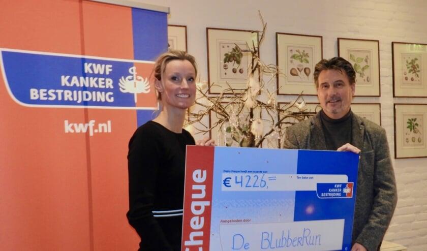 Ilona Bourgondien-Lenselink overhandigde de cheque van 4226 euro aan een afgevaardigde van KWF Kankerbestrijding.  Foto: PR.