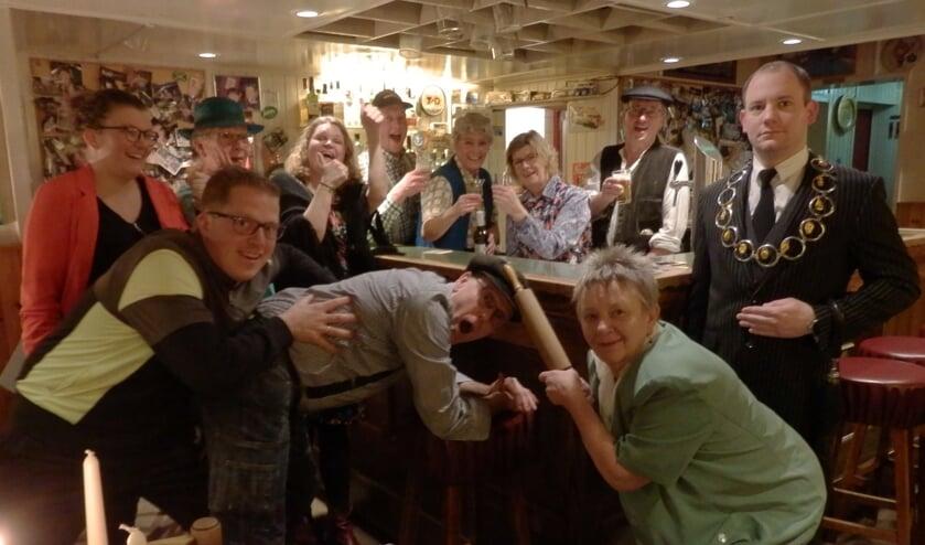 De spelergroep van Toneelvereniging Ons Genoegen die in maart het komische blijspel 'Bok Bok, hoevulle heurne' spelen. Foto: PR.