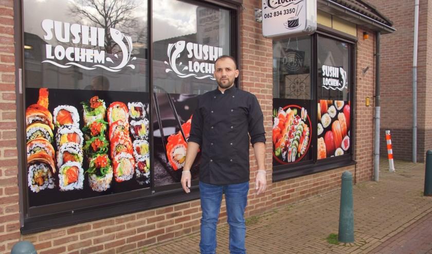 Shvan Othman voor zijn bedrijf Sushi Lochem aan de Walsteeg 24 in Lochem. Foto: Bernadet te Velthuis