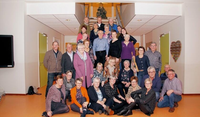 De leden van de cantorij met in hun midden Elske te Lindert, die afscheid nam als dirigent van de cantorij. Foto: Frank Vinkenvleugel
