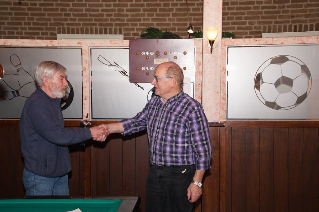 Bert Veldhuis feliciteert Bennie Bruggink met zijn overwinning. Foto: Frank Vinkenvleugel  © Achterhoek Nieuws b.v.