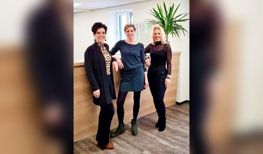 De drie bij de samenwerking betrokken dames met vlnr Carmen Staring-Engelbarts, Karlijn Brethouwer-Pape en Kitty Kolkman-Engelbarts. Foto: Theo Huijskes