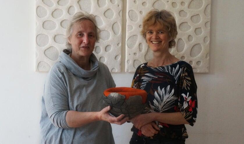 Els Bottema en Miriam Verbeek in atelier Vuurwater. Foto: M Verbeek