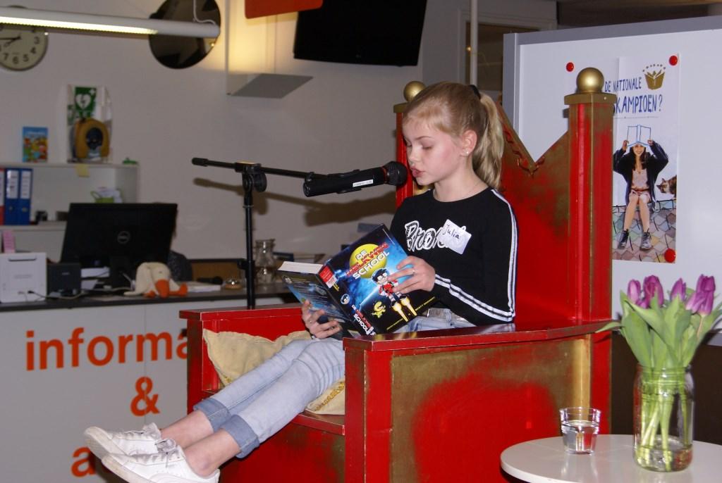 Julia Hesselink leest voor. Foto: Eva Schipper  © Achterhoek Nieuws b.v.