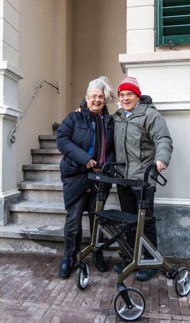 Dochter Mary-Ann en zoon Aad van Hall voor het pand van IJsselkade 12. Foto: Henk Derksen.