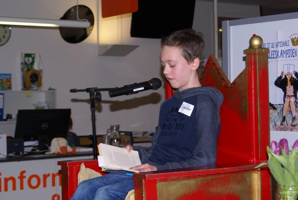 Sander Piek leest voor. Foto: Eva Schipper  © Achterhoek Nieuws b.v.