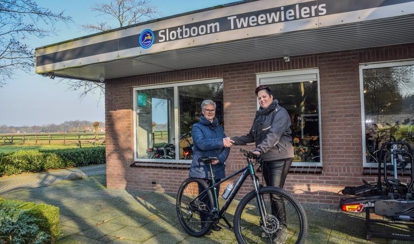 Willy Radstake uit Vorden krijgt een fiets overhandigd van Inge Slotboom van Slotboom Tweewielers uit Hengelo Gld. Foto: Dyanne Schiphorst