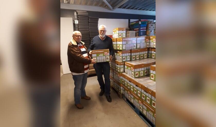 Bestuurslid voedselveiligheid Heinz Clasen (links) en voorzitter Chris  Blaauboer zijn bijzonder blij met de vele boodschappenpakketten.