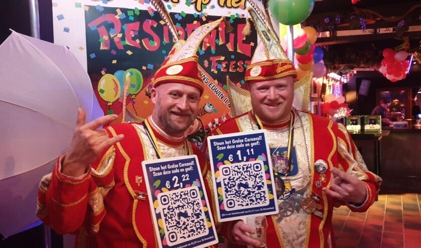 Prins Edwin (rechts) en Adjudant Robby met de QR-code bordjes.