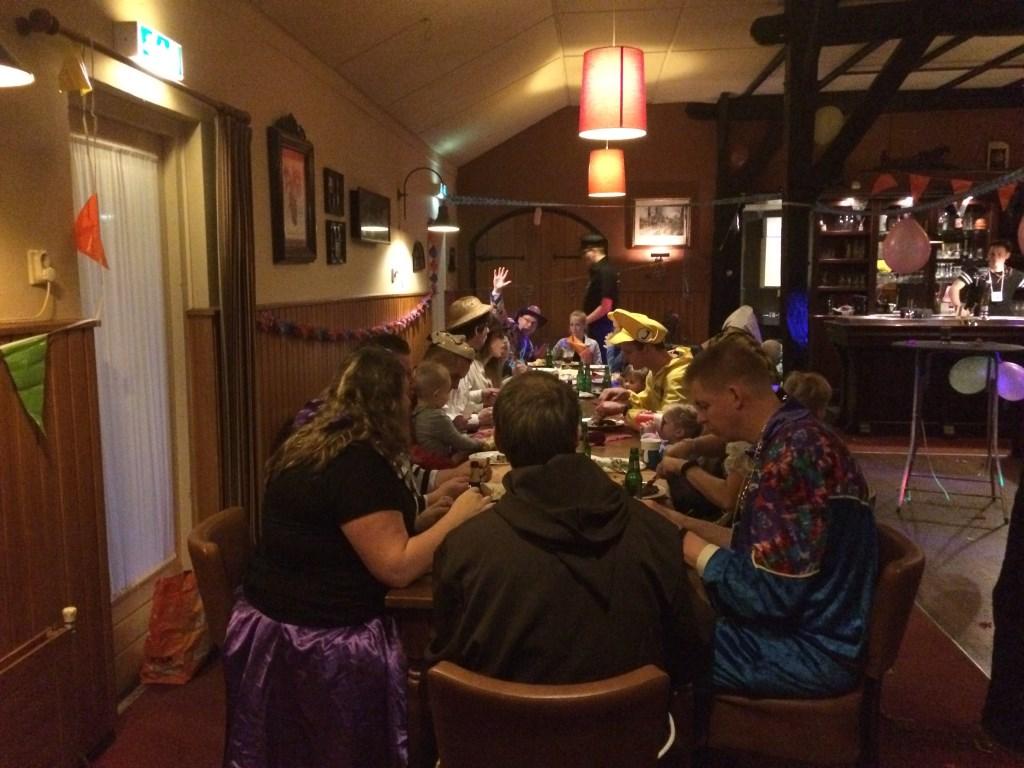 Voor de tweede keer was het zaterdag gekostumeerd dineren op 't Medler. Ook ditmaal  was de zaal van 't Wapen van 't Medler goed gevuld op deze carnavalsmiddag. Foto: Joost van Duin.   © Achterhoek Nieuws b.v.