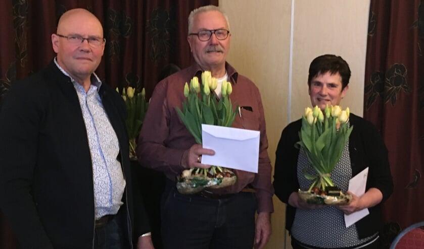 Regiovoorzitter Ben van Raaij en de twee doorgewinterde vrijwilligers, Roelof Pelgrum en Diny Aalberts. Foto: Jos Lohuis