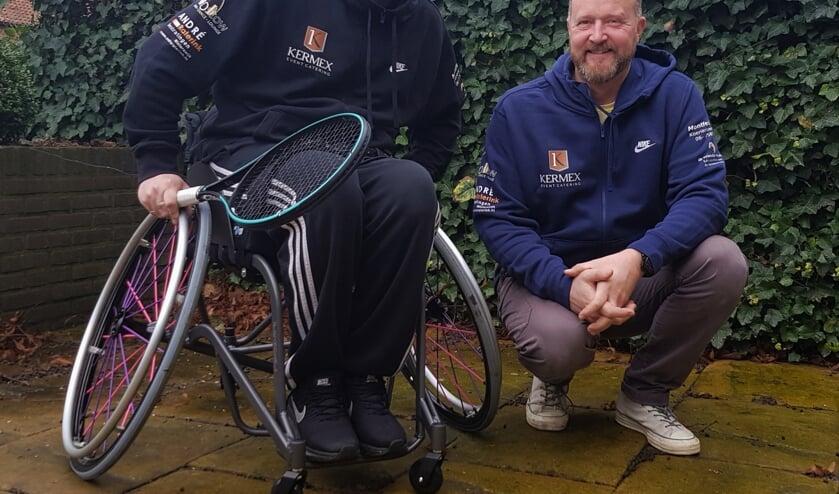 In zijn nieuwe op maat gemaakte rolstoel, hoopt Roy Kusters de paralympische spelen in Parijs in 2024 te behalen. Patrick Leferink van Kermex Event Catering draagt door middel van shirtsponsoring bij aan de verwezenlijking van deze droom. Foto: Alice Rouwhorst