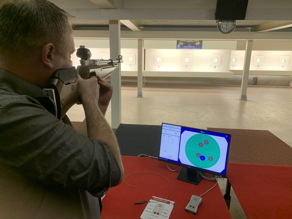 Verenigingsschutter Ronnie Rietberg actief op de vernieuwde elektronische schietbaan. Foto: PR 't Gouden Oog © Achterhoek Nieuws b.v.