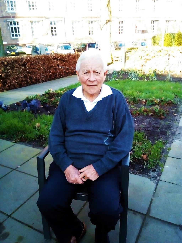 Henk te Maarssen uit Groenlo (60 jaar priester), zittende voor het voormalige Missiehuis Sint Franciscus Xaverius in Teteringen. Foto: eigen foto © Achterhoek Nieuws b.v.