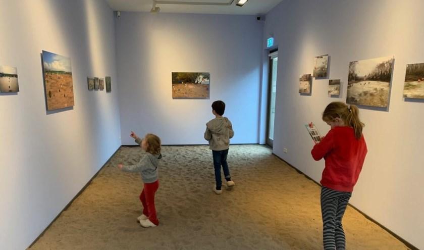 Bezoekers bekijken 'Near the European border' in het Arco-paviljoen Foto: PR