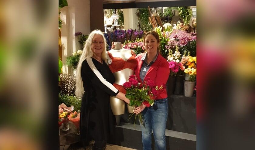 Diana Hogeweg van Sabelle Ondermode (links) en Monique Norde van de Vordense Tuin bij de aftrap van hun Valentijnsactie. Foto: PR