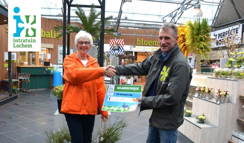 De symbolische cheque werd door vestigingsmanager Huub Spikker overhandigd aan KiKa vrijwilligster Dirrie. Foto: PR