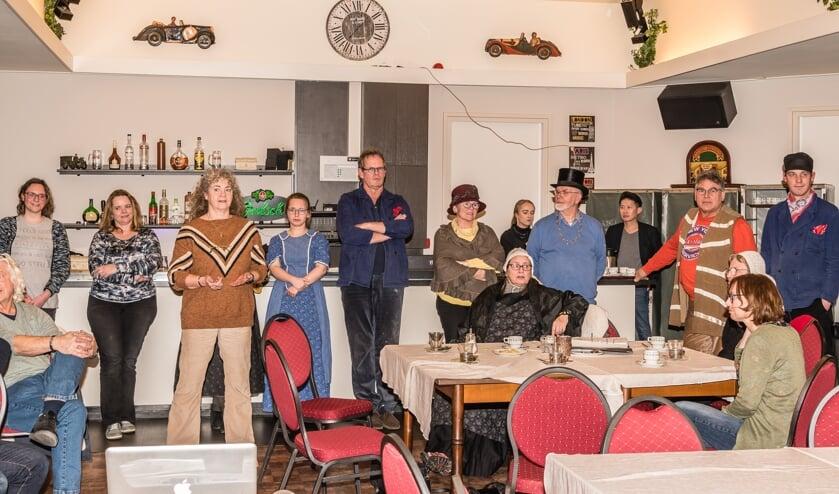 Elly Janssen (in bruine trui) stelt de cast van het Lochemse openluchtspel voor. Foto: Jan Kolkman