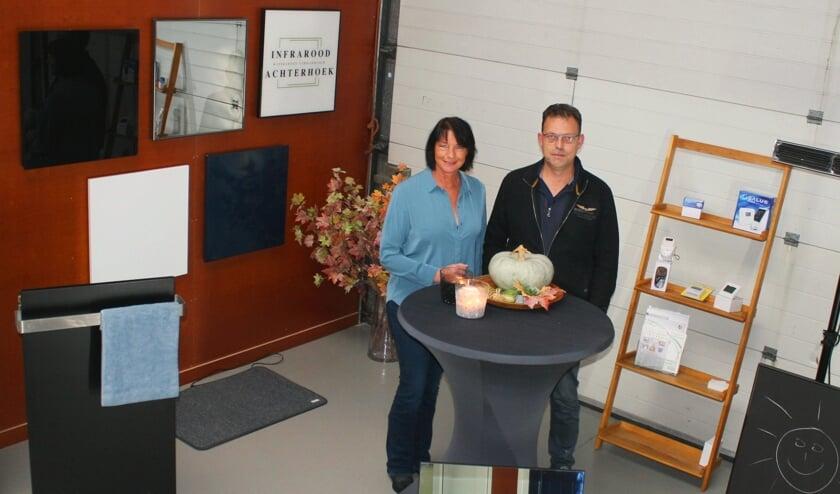 Miranda en Norbert tussen de infraroodpanelen. Foto: Jos Betting