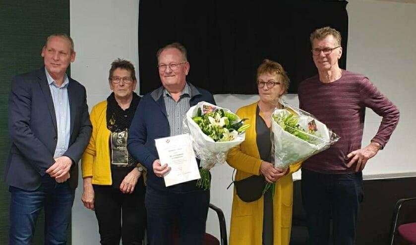 Wethouder Jos Hoenderboom (links) kwam naar de jaarvergadering om André Waalderbos en Melanie Heezen te huldigen.