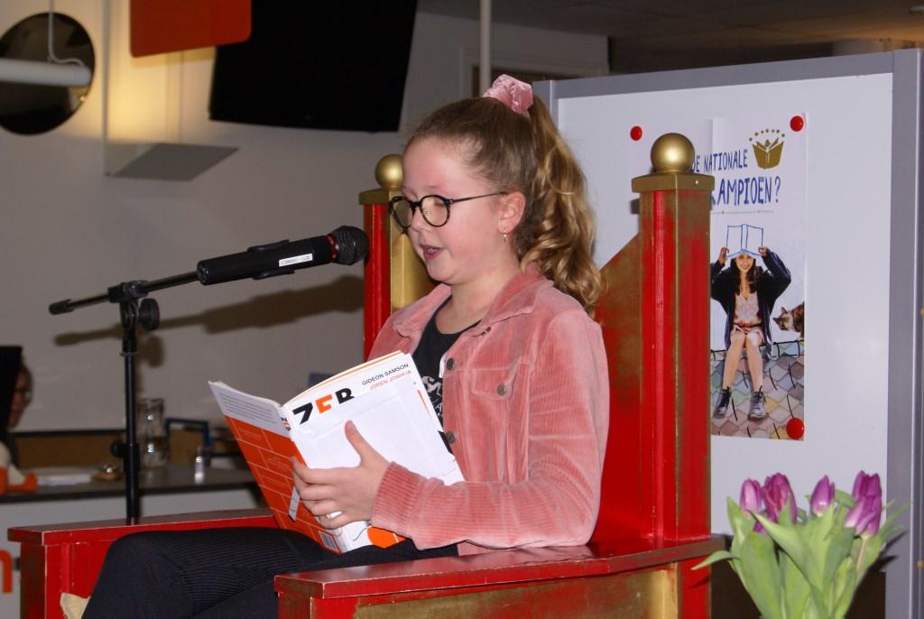 Nina Wildenbeest leest voor. Foto: Eva Schipper  © Achterhoek Nieuws b.v.