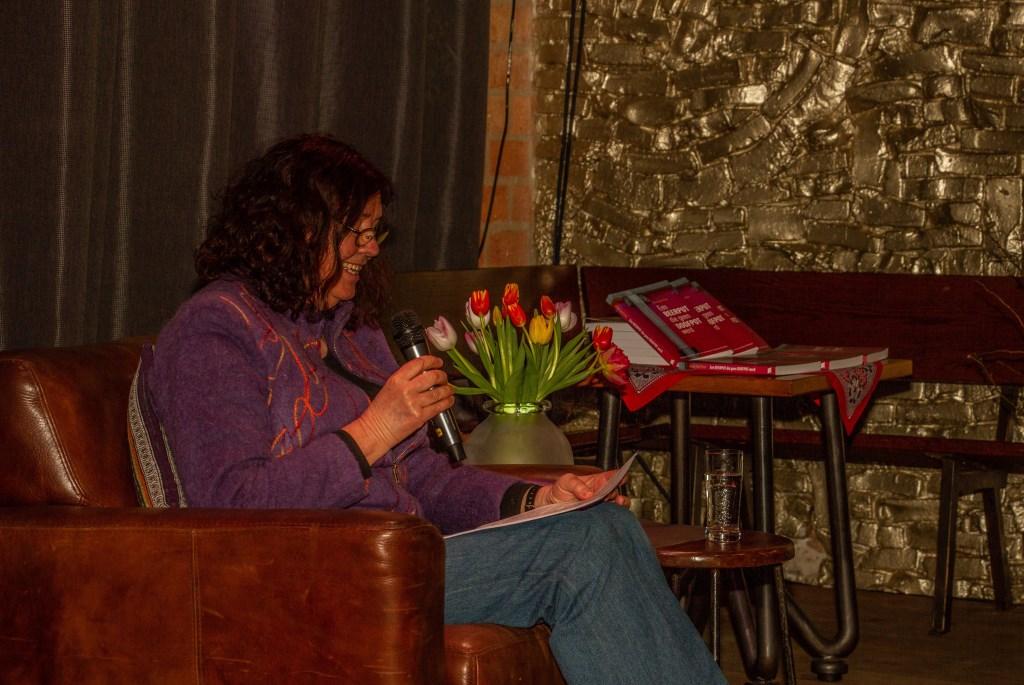 Alice Garritsen leest voor uit eigen werk. Foto: Liesbeth Spaansen  © Achterhoek Nieuws b.v.