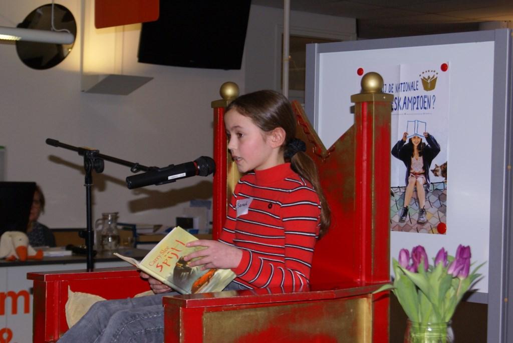 Sarah Schuurman leest voor. Foto: Eva Schipper  © Achterhoek Nieuws b.v.