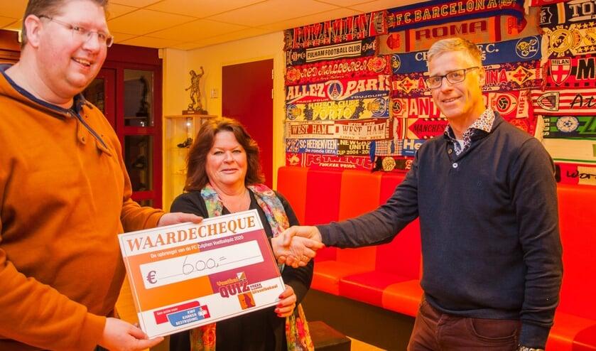 De opbrengst bedroeg dit jaar 600 euro en werd aan het eind van de avond overhandigd aan Ria Hagenbeek en Sjaak Meijer van het KWF afdeling Zutphen. Foto: Jasper Blaauw