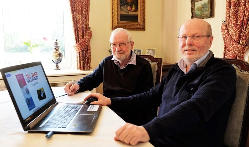 Wim Rutgers (links) en Hans Veldkamp, werkende aan hun zevende boek: '75 jaar Vrijheid Vragender'.