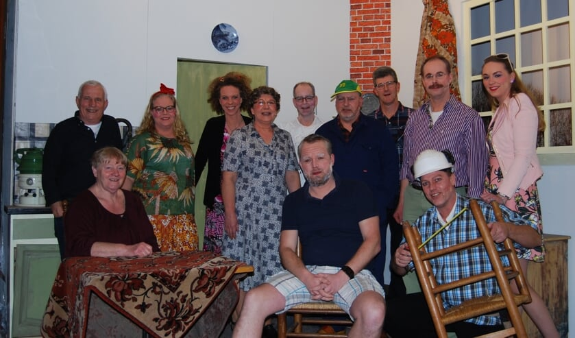 Toneelgroep Vierakker-Wichmond stond onder leiding van regisseur Henk Broekgaarden (staand links.) Foto: Anton Jansen.