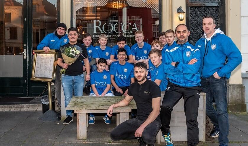 Het AZC team JO14-2G met begeleiding en de trotse sponsor. Foto: Freddy Burgers