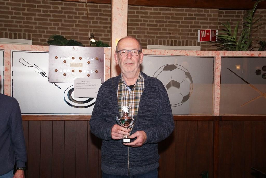 Henk Jansen met de beker voor de tweede plaats. Foto: Frank Vinkenvleugel  © Achterhoek Nieuws b.v.