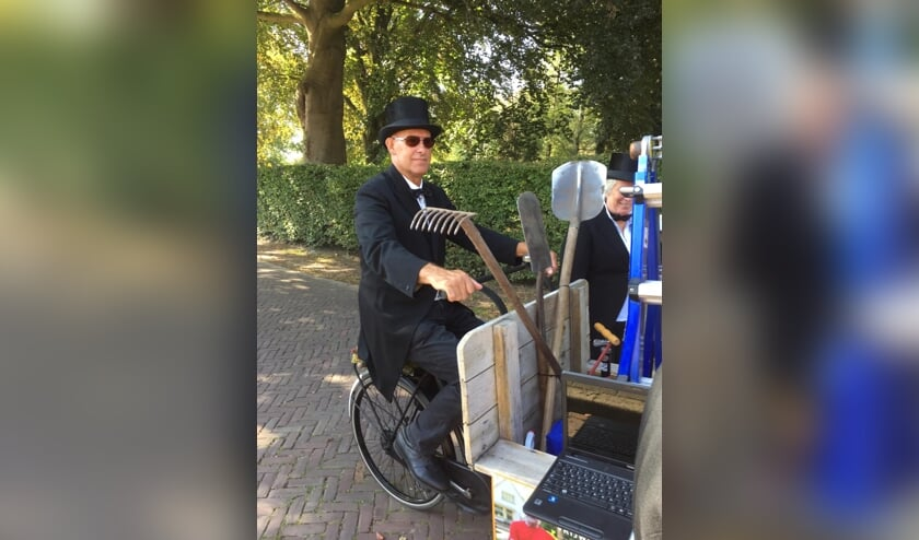Ludieke actie ter promotie van BachHulp: Johan met hoge hoed. Foto's: Ina Stoel
