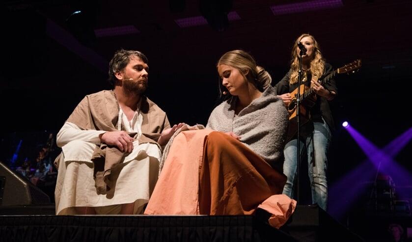 Een scène met Jop Geven als Jezus en Babette Zwetsloot als Maria Magdalena. Op de achtergrond zangeres Laura van Kaam.