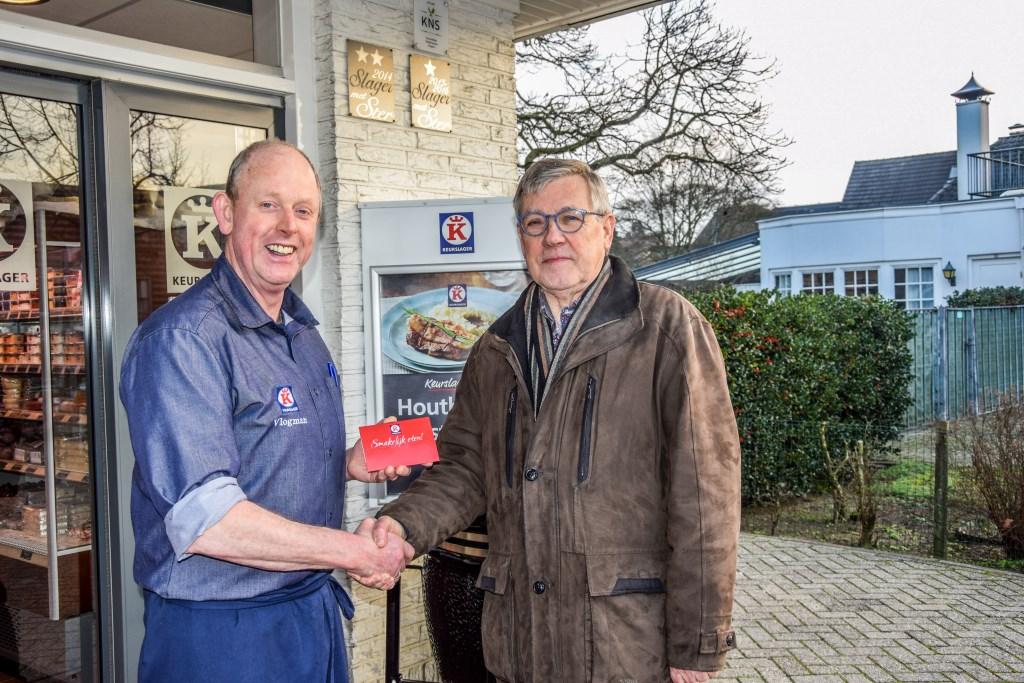 Jan Jansen uit Hengelo krijgt zijn prijs van Dick Vlogman in Vorden. Foto: Dyanne Schiphorst  © Achterhoek Nieuws b.v.