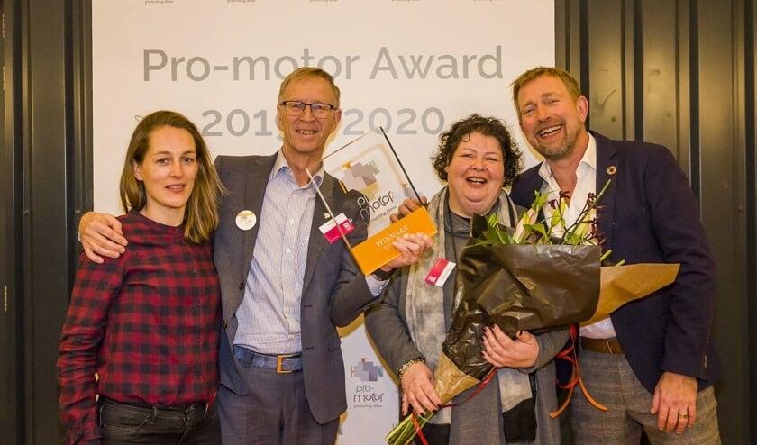Florianne van Hasselt en Martin Snijder (Cleantech Center), Hanneke Siebelink (River Fashion) en Harm Edens (presentator Pro-motor Award). Foto: Giel Dalessi