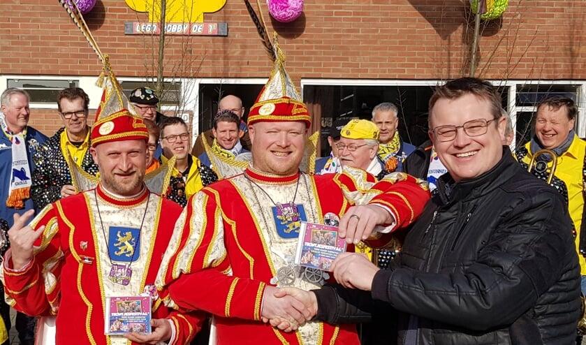 Prins Edwin en Adjudant Robby (links) krijgen uit handen van Klone's buurman en organisator Tröntjesfestival, Christof Elsinghorst, de Tröntjescd uitgereikt.